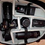 Amazonのカメラバッグに一眼レフとレンズとストロボを入れる