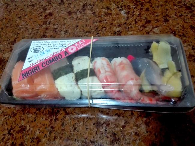 ナイロビのスーパーで買えるパック寿司