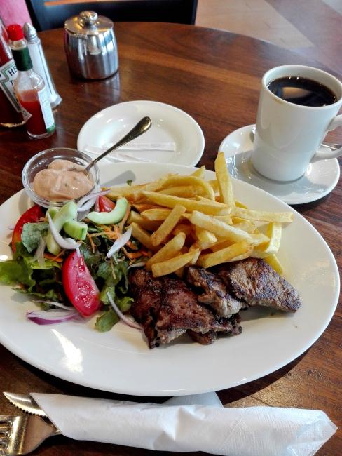 ナイロビJAVA HOUSEのステーキとコーヒー