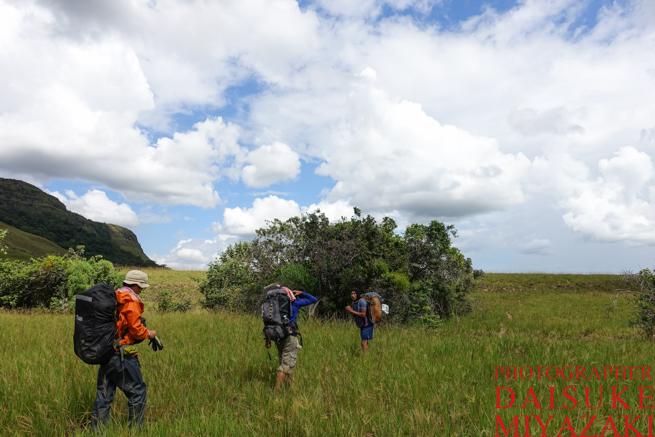 カバック村へ向かうトレッキングチーム