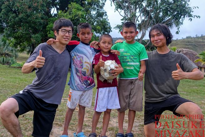 サッカーをしたカバック村の子供