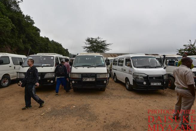ケニアのグレート・リフト・バレーに停まる車