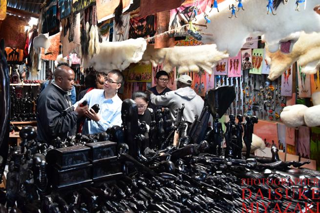 お土産物屋で商談する中国人観光客