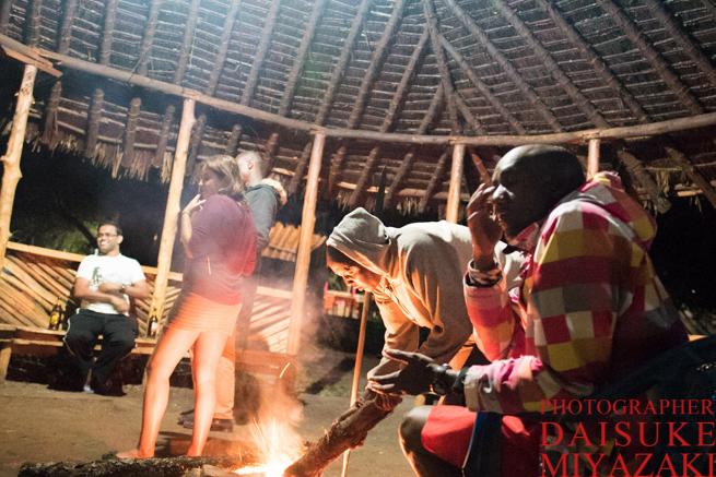 焚き火を囲むマサイ族と観光客
