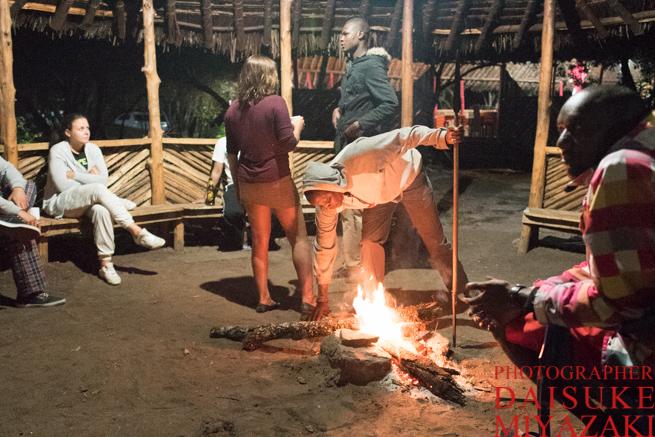 マサイ族の槍で焚き火を操作