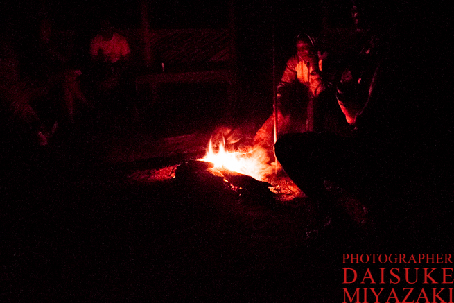 焚き火とマサイ族のおじさん