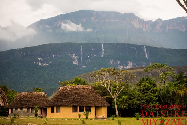 アウヤンテプイを流れる滝と集落