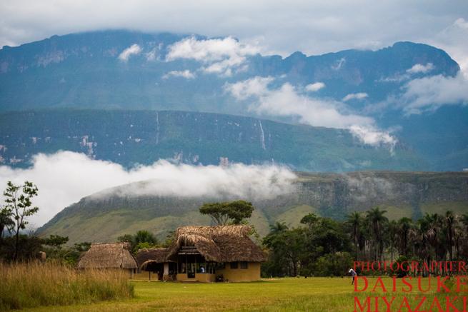 アウヤンテプイと麓のペモン族集落