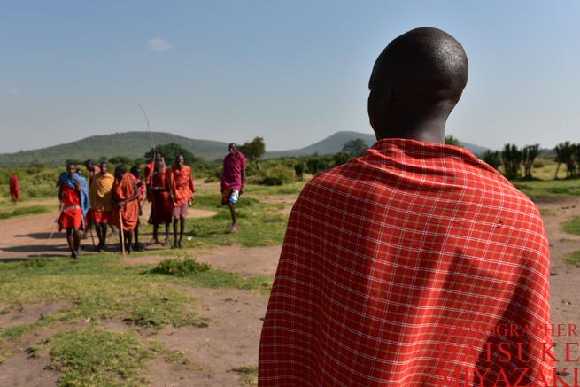 マサイ族の男性に指示を出すリーダー