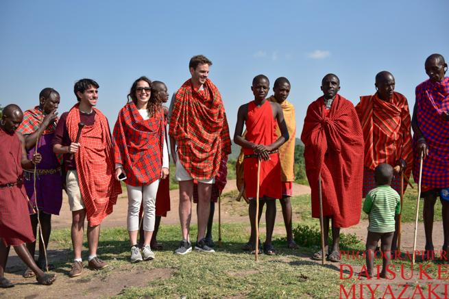 マサイ族と観光客の記念撮影