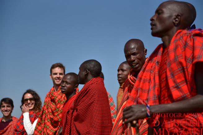 マサイ族と観光客