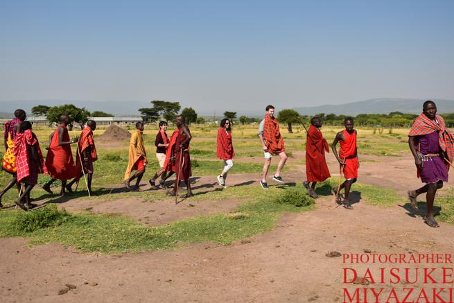 マサイ族のダンスを踊る観光客