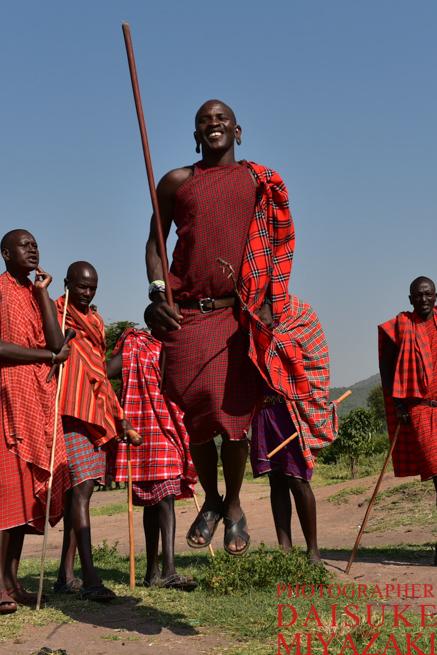 ジャンプするマサイ族の男性