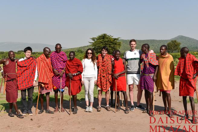 外国人旅行者とマサイ族の記念撮影