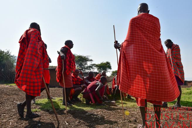 赤い布を身にまとったマサイ族