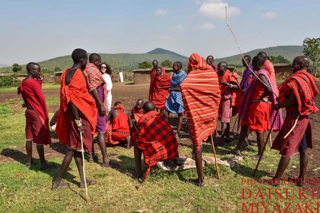 赤い布で全身を覆ったマサイ族