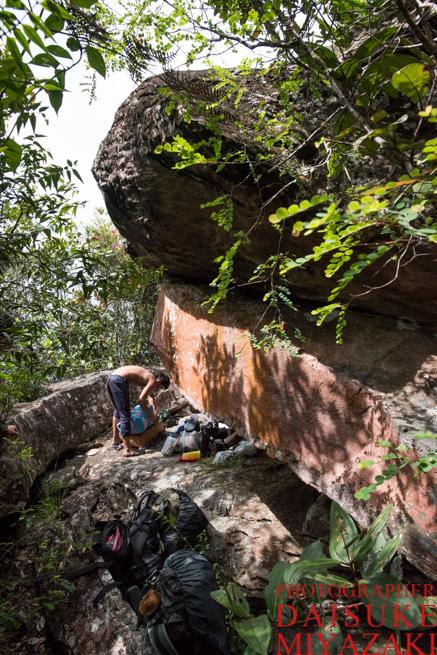 アウヤンテプイトレッキング2日目のお昼ご飯を食べた巨石