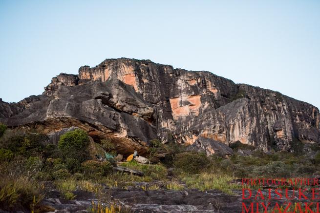 アウヤンテプイの巨大な石とテント