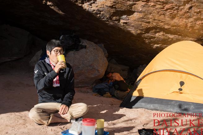 アウヤンテプイの頂上でコーヒーを飲む