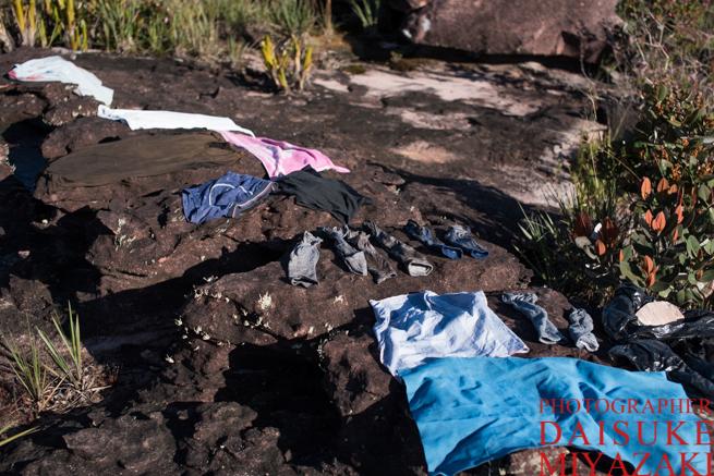 アウヤンテプイの頂上で服を乾かす