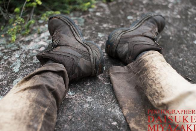 トレッキングで汚れたズボンと靴