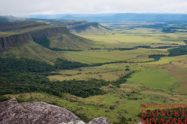 アウヤンテプイの崖の上からの眺め