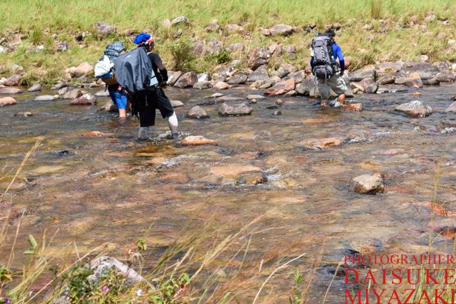 トレッキング中は川を歩いて渡る