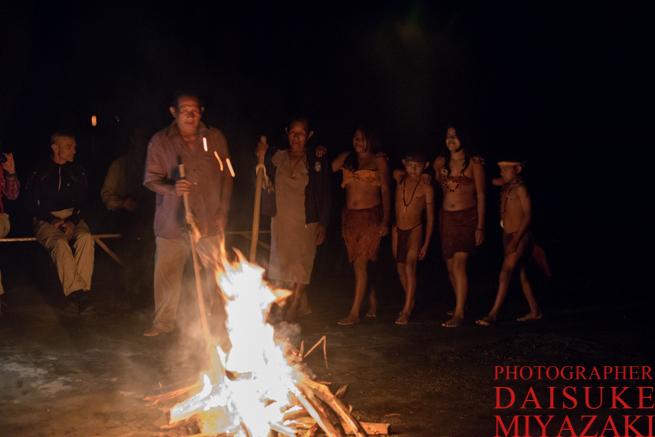 焚き火を囲むペモン族