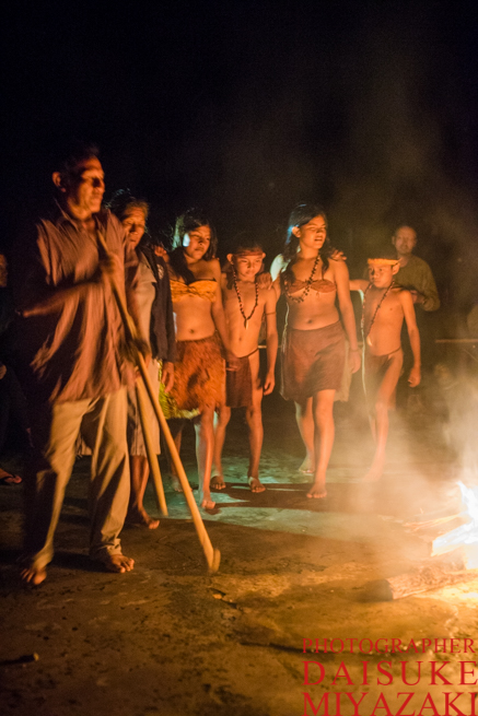 焚き火を囲んで踊るペモン族