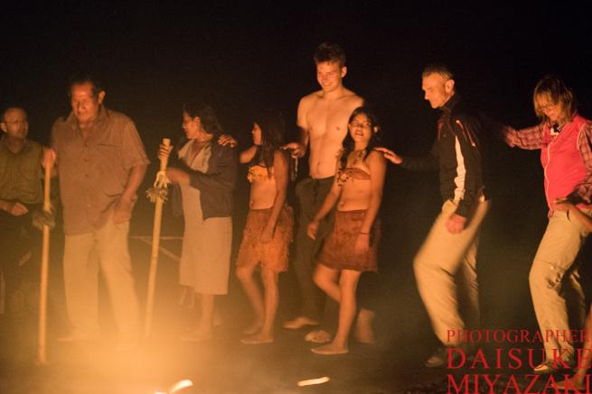 観光客と踊るペモン族の子供