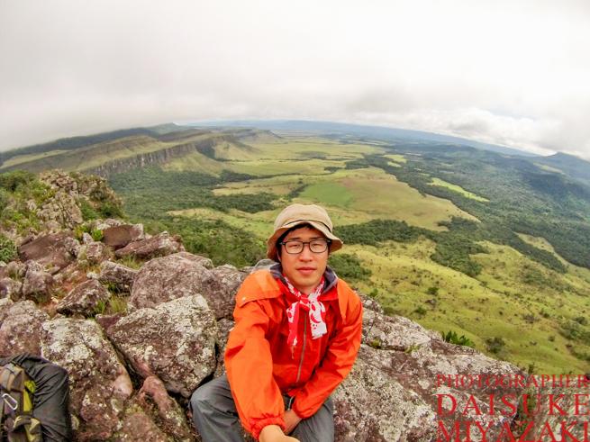 アウヤンテプイの崖で自撮り