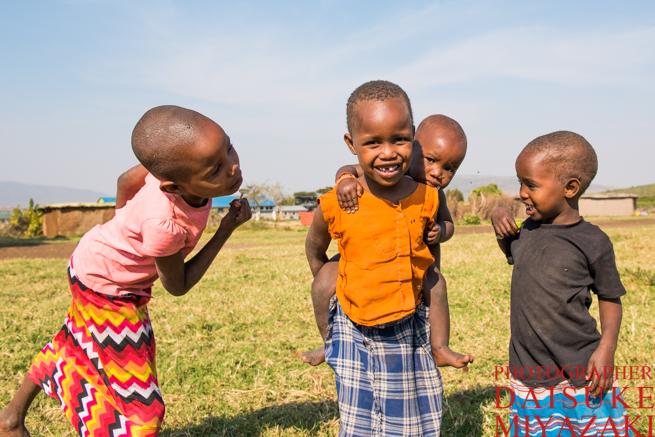幼児の面倒を見るマサイ村の少女