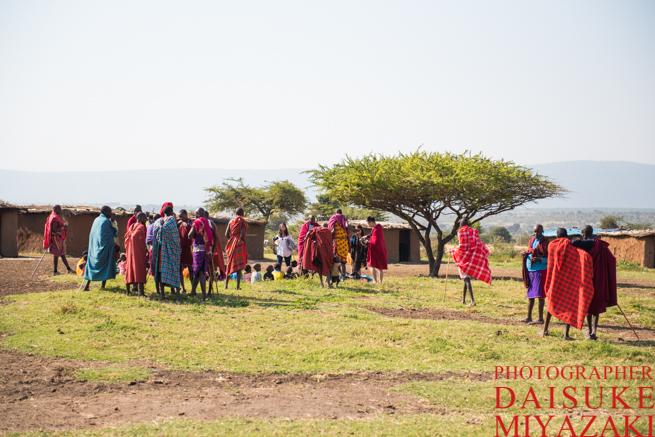 マサイ族の村にやってきた観光客