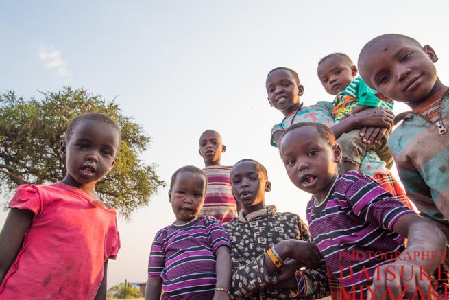 マサイ族の村に住む子供