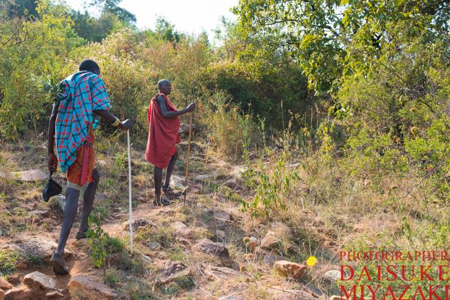 山道を登るマサイ族の二人