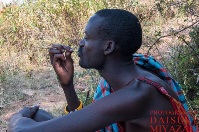 歯を磨くマサイ族