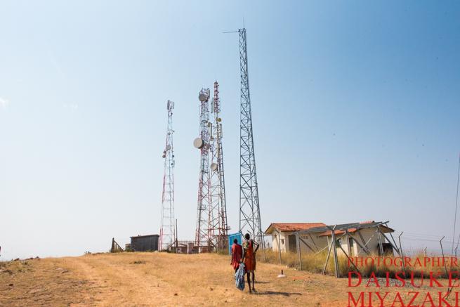 マサイ村の山の山頂にはアンテナ塔がある