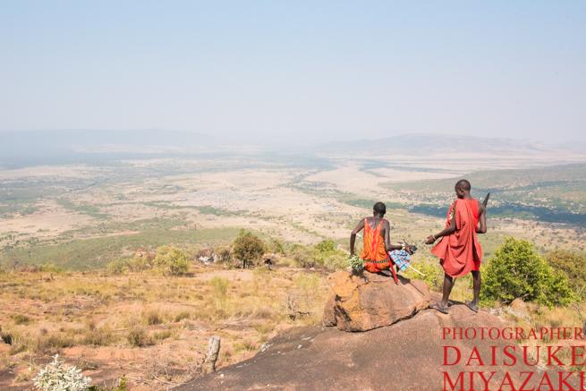 山頂で休憩するマサイ族