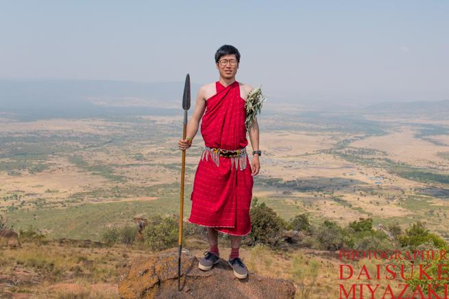 マサイ族の服装を着た宮崎
