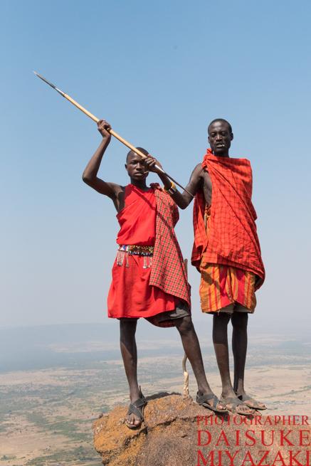 槍を構えるマサイ族