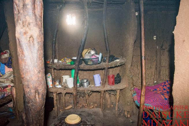 マサイ族の家の食器置き場