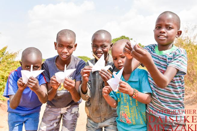 マサイ族の子供にパタパタ折り鶴をプレゼント