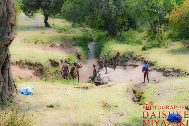マサイ族の少年たちと川で体を洗う