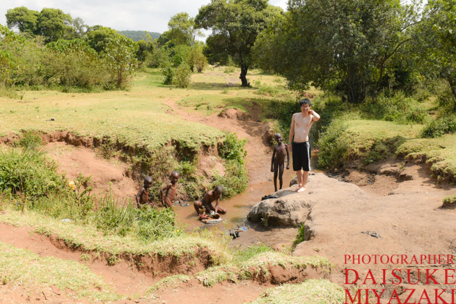 マサイ族の少年たちと川で体を洗う私