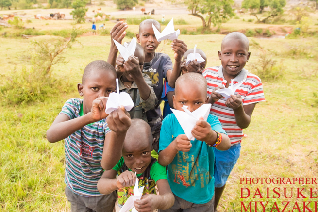 折り鶴を持ったマサイ族の子供たち
