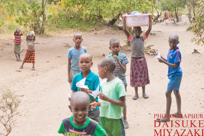マサイ族の少女は働き者
