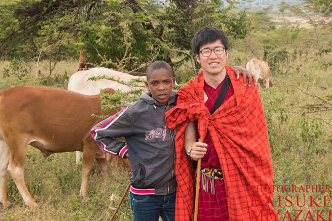 マサイ族の少年と記念撮影