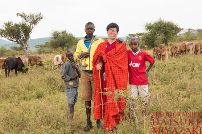 マサイ族の少年たちと記念撮影