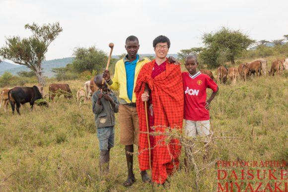 マサイ族の子供たちと放牧中に記念撮影