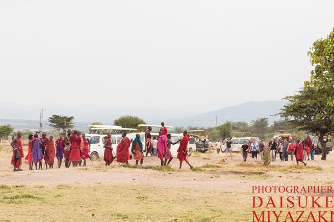 マサイ族の村に来た観光客